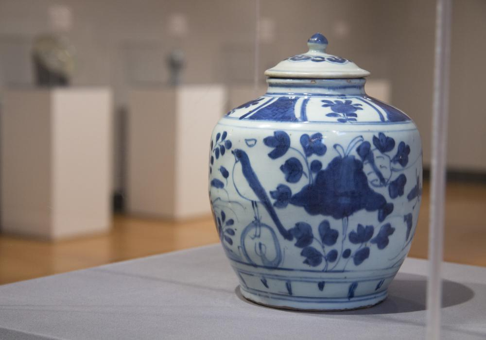 Blue and White Ceramics: An Enduring Global Obsession, installation at Krannert Art Museum, 2018. © Board of Trustees of the University of Illinois