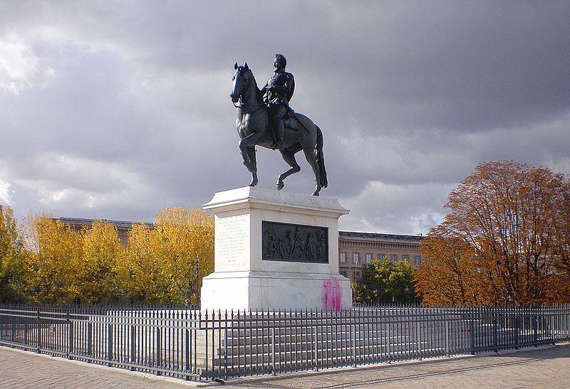 A picture of a bronze statue of Henry IV on a horse.